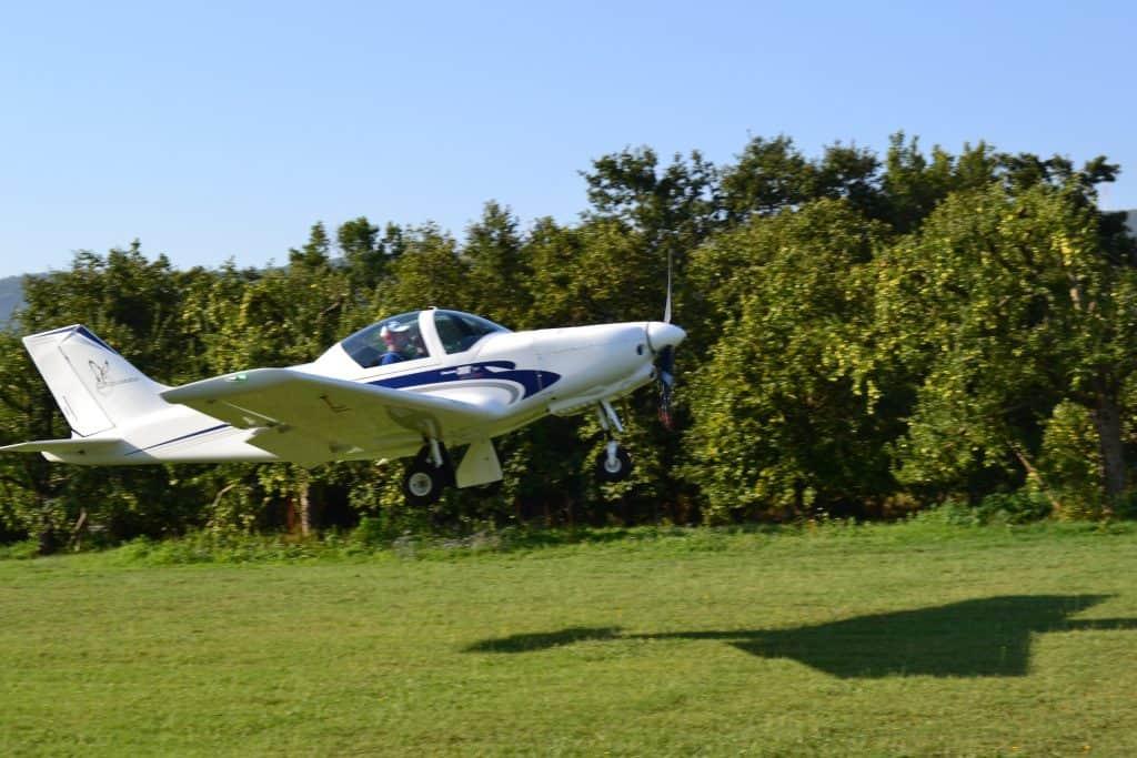 pioneer 300 in atterraggio sul campo volo utilizzato per le esperienze di volo